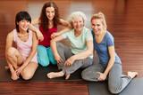 Glückliche Frauen im Yoga Kurs