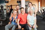 Gruppe mit Seniorin im Fitnesscenter