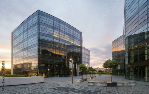 Foto Murales Modern office building in the evening