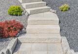 Vorgarten mit zweiläufiger Außentreppe als Winkeltrppe mit Podest und Palisaden aus Granit - Front yard with external staircase and granite palisades