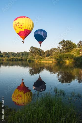 In de dag Ballon Balloons fly over the lake