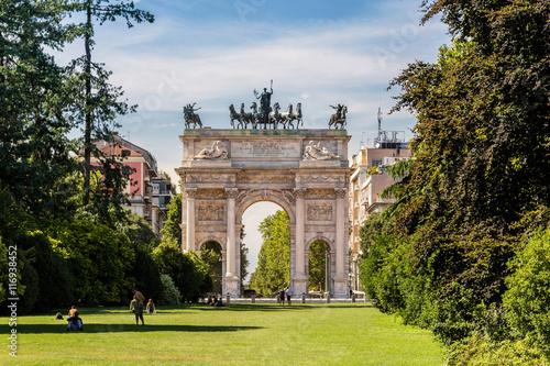 In de dag Milan Arco della Pace and gardens of Parco Sempione, Milan. Italy