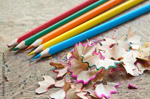 Gamesageddon crayons de couleur sur bureau en bois lizenzfreie