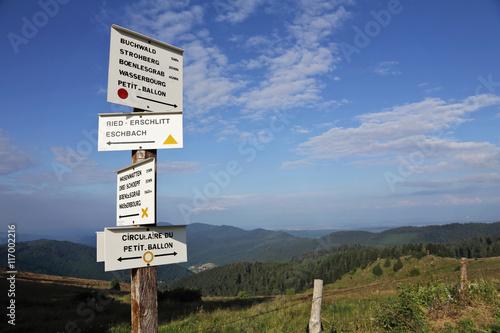Poster écriteaux de randonnée dans paysage montagneux des Vosges, petit ballon d'Alsace