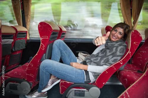 Fototapeta Donna seduta sul bus