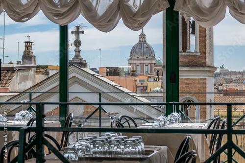 Fototapeta Rom - Blicker über die Stadt aus einem Restaurant