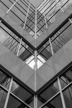 Géométrie urbaine, regardant à la construction. noir de l'architecture moderne et blanc, le béton et le verre. Abstract design architectural. Inspiré, artistique Image BW. l'image artistique et point de vue.