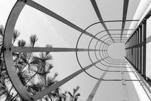 Résumé échelle industrielle. Regarder vers le haut. art design Minimal. conception d'art moderne. Design industriel. Les poutres en acier échelle. géométrie urbaine. Photographie urbaine. la photographie Street. Noir et blanc.