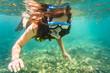 Frau taucht oder schnorchelt in ihrem Urlaub im Tropen Meer