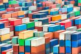 Container im Hafen werden auf ein Schiff verladen