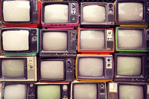 mur-de-modele-de-television-retro-colore-de-pile-tv-style-d-39-effet-de-filtre-vintage