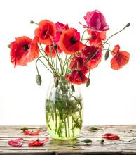 Bouquet de fleurs de pavot dans le vase sur la table en bois.
