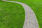 Rasen mit gepflastertem Gartenweg - Lawn with paved garden path - 117429633