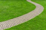 Rasen mit gepflastertem Gartenweg - Lawn with paved garden path - 117431847