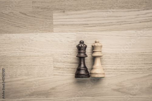 Juliste Black and white queens lying down on wood table with copyspace