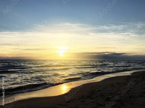 Zdjęcia na płótnie, fototapety na wymiar, obrazy na ścianę : Sunset over the sea