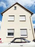 Beigefarbener Coupé Klassiker vor beigefarbener Fassade eines Altbaus in Krofdorf-Gleiberg