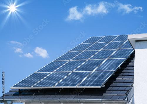 Sonnenenergie durch Photovoltaik Kollektoren Poster
