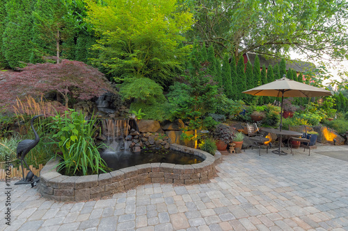 Foto Murales Backyard Landscaping Patio with Waterfall Pond