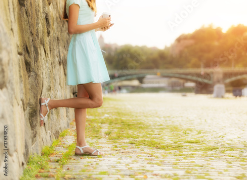 Poster Fashionable woman walking in city