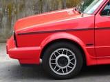 Rotes deutsches Cabriolet mit Überrollbügel in der Facelift Version der Achtiger und Neunziger Jahre