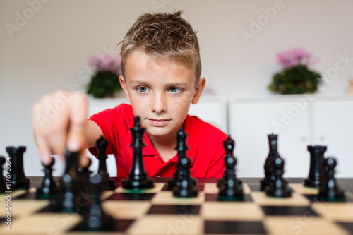 Fotografiet Boy playing chess