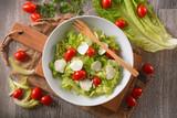insalata di lattuga, pomodoro datterino e mozzarella affettata