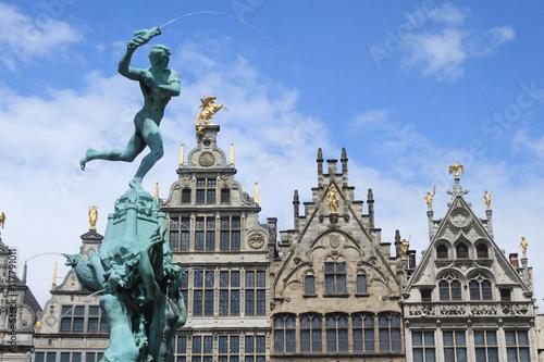 Antwerpener Pracht / Brabobrunnen vor den Giebeln der Zunfthäuser auf dem Grote Markt in Antwerpen