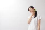 ハンカチで汗を拭く女性、憂鬱、ダレる