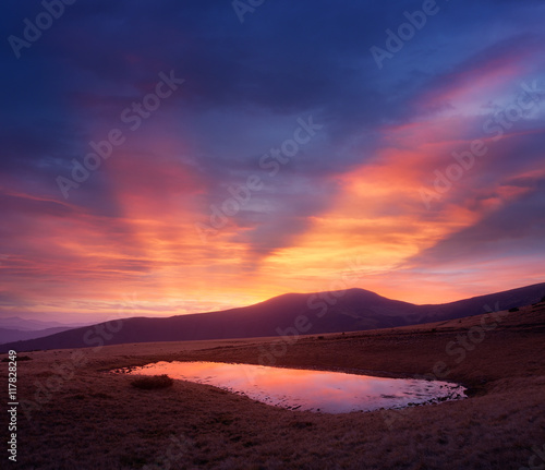 Foto op Aluminium Crimson Evening landscape with a mountain lake