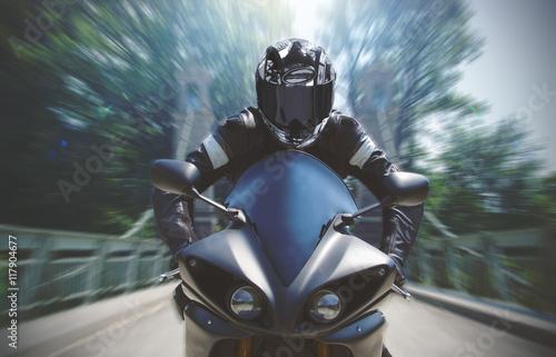 Naklejka Schnelle Motorradfahrt mit Bewegungsunschärfe