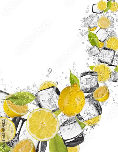 cytryna-w-wodnym-plusnieciu-na-bialym-tle