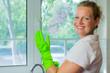 hausfrau trägt gummihandschuhe