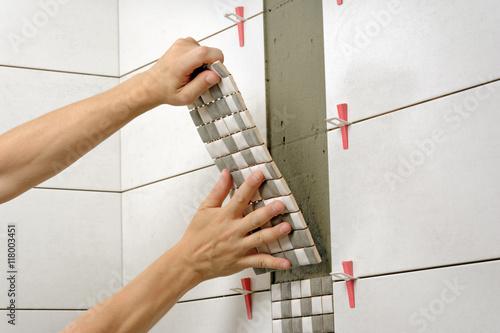 Remont łazienki, układanie płytek mozaiki