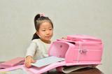 通学準備をする小学生の女の子