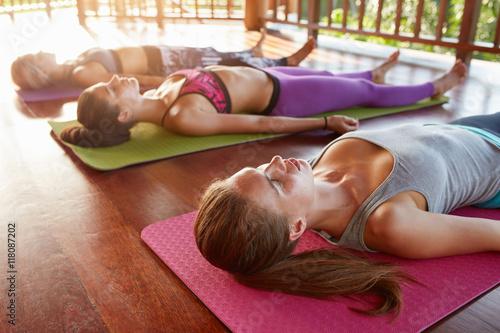 Leinwand Poster Yoga-Klasse in der Leiche liegend Pose, Savasana