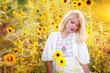Junge Frau bei Sonnenuntergang mit Blumenkranz