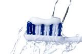 Zahnbürste mit Zahnpasta isoliert auf weißem Hintergrund.