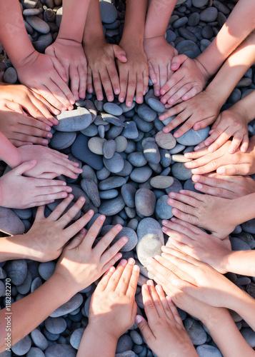 Руки детей формы круга на пляже.