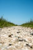 砂利道と青空
