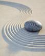 Stein mit Wellen im Sand 2017