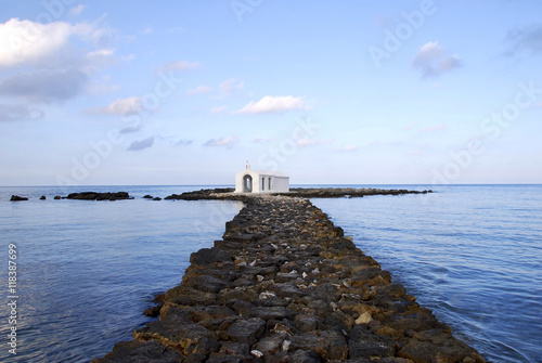 Zdjęcia na płótnie, fototapety, obrazy : Kapelle im Meer auf Kreta 2