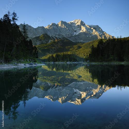 Morgenlicht am Eibsee, hinten das Wettersteinmassiv mit der Zugspitze, perfekte Spiegelung, Grainau, Garmisch-Partenkirchen, Bayern, Deutschland