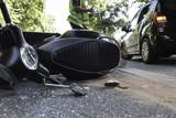 Unfall mit schwarzem Motorroller