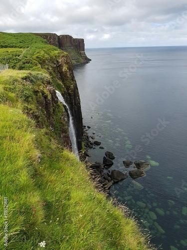 Papiers peints Nature Kliffen aan de kustlijn in Skye Schotland