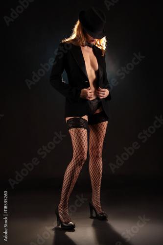 Poster Frau zieht Jacke aus