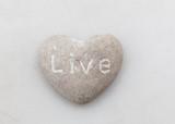 sten med ingraverat budskap lev
