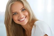Portret Piękna kobieta zadowolony z białymi zębami Uśmiechnięte. Piękno. Wysoka rozdzielczość obrazu