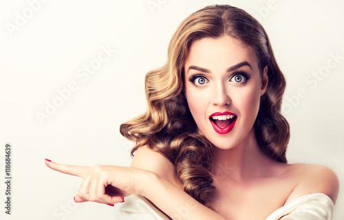 kobiety-niespodzianka-pokazuje-produkt-piekna-dziewczyna-z