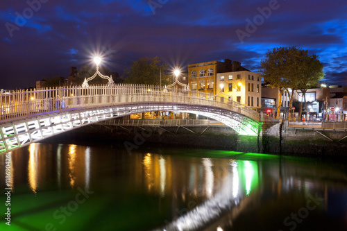 Poster Ha'penny Bridge in Dublin over the Liffey River at night
